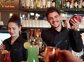 Zufriedene Barkeeper an der HOGALOUNGE Cocktailbar