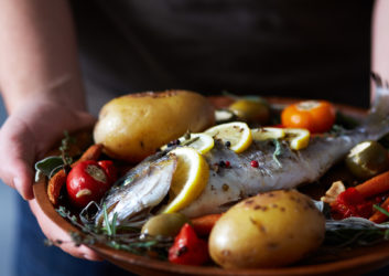 Fisch mit Gemüse angerichtet