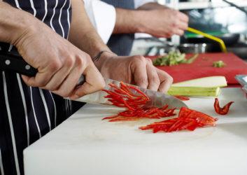 Koch schneidet Paprika
