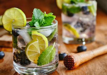 Cocktail mit Minze und Zitrone