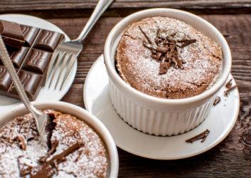 Schokoladen-Soufflé angerichtet auf Tisch