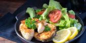 Fisch mit Salat angerichtet