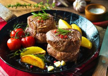 Fleisch mit Gemüse auf Teller angerichtet