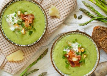Grüne Suppe mit Gemüse angerichtet