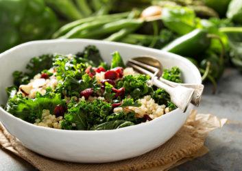 Schüssel mit Quinoa-Salat