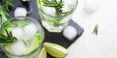 Gin Tonic mit Eiswürfeln