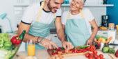 Enkel und Oma beim Kochen