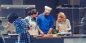 Personen beim gemeinsamen Kochen