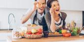 Paar beim Kochen