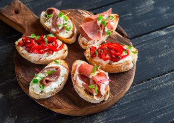 Belegte Brote auf Holztablett