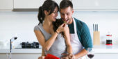 Paar beim gemeinsamen kochen