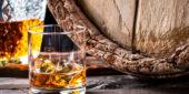 Whiskey-Glas vor Fass