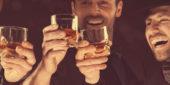 Männer beim Whiskey-Trinken