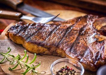 Steak auf Holzplatte
