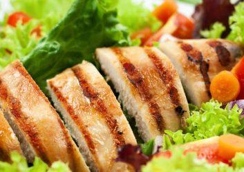 Kross angebratenes Hühnchenfilet auf Salat Bett