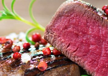 blue rare gebratenes Steak mit Cranberries und Garnitur