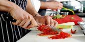 Kochschüler lernen Gemüse zu schneiden