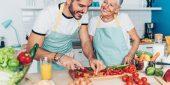Enkel und Großmutter kochen zusammen.