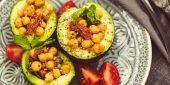 Gericht aus Zutaten mit wenigen Kohlehydraten wie Avocados und Kichererbsen