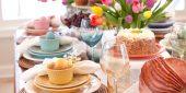 Festliche Ostertafel mit Tulpen, Nestern und Schinkenbraten