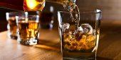Ein Glas mit Whiskey